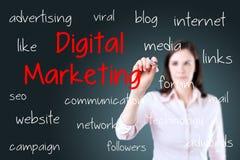 Biznesowa kobieta pisze cyfrowym marketingowym pojęciu niebieska tła obraz royalty free