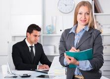 Biznesowa kobieta pisze puszków zadaniach Zdjęcia Stock