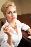 Biznesowa kobieta podpisuje dokumenty obraz royalty free
