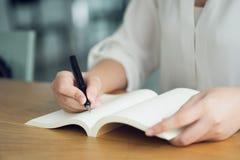 Biznesowa kobieta, podróżnik, artykułu pisarski chwyt pióro pisać tekscie w pustej książce Nagrywa, memorize, memorize lub nagryw zdjęcie royalty free
