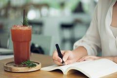 Biznesowa kobieta, podróżnik, artykułu pisarski chwyt pióro pisać tekscie w pustej książce Nagrywa, memorize, memorize lub nagryw obrazy stock