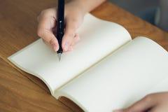 Biznesowa kobieta, podróżnik, artykułu pisarski chwyt pióro pisać tekscie w pustej książce Nagrywa, memorize, memorize lub nagryw zdjęcie stock