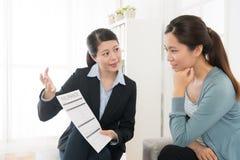 Biznesowa kobieta pokazuje asekuracyjnego skrzynka produkt Obrazy Royalty Free