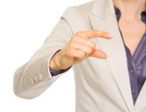 Biznesowa kobieta pokazuje małego ryzyko gest Zdjęcia Royalty Free