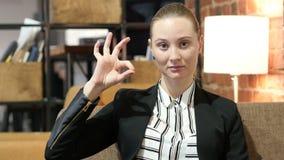 Biznesowa kobieta Pokazuje Ok znaka, Salowego zdjęcie wideo
