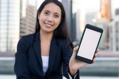 Biznesowa kobieta pokazuje pustego ekran telefon komórkowy Obrazy Royalty Free
