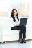 Biznesowa kobieta pokazuje pustego laptop Zdjęcia Royalty Free
