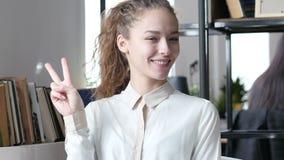 Biznesowa kobieta Pokazuje zwycięstwo znaka, Salowy biuro, potomstwa, zbiory