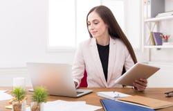 Biznesowa kobieta pracuje na cyfrowej pastylce Obrazy Royalty Free