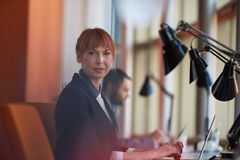 Biznesowa kobieta pracuje na komputerze przy biurem Zdjęcie Stock