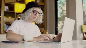 Biznesowa kobieta pracuje na laptopie i pije kawę zbiory wideo