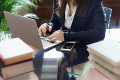 Biznesowa kobieta pracuje na laptopie w biurze zdjęcia stock