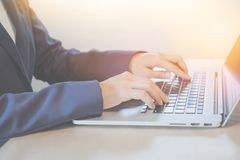Biznesowa kobieta pracuje na notatniku zdjęcie stock