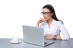 Biznesowa kobieta pracuje online na laptopie Zdjęcia Royalty Free