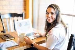 Biznesowa kobieta pracuje przy bufetem obrazy royalty free