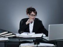 Biznesowa kobieta pracuje ruchliwie oblicza laptop Obrazy Stock
