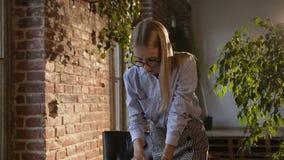 Biznesowa kobieta pracuje w nowożytnym biurze przy stołem z pastylką i dokumentami Piękny młody bizneswomanu być ubranym zbiory wideo