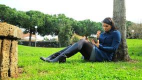 Biznesowa kobieta pracuje w parku z iPad zdjęcie wideo