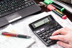 Biznesowa kobieta pracuje z dokumentami w biurze Zdjęcie Royalty Free