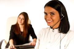 Biznesowa kobieta pracuje z słuchawki Obrazy Royalty Free