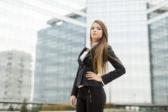 Biznesowa kobieta przed budynkiem biurowym Fotografia Royalty Free