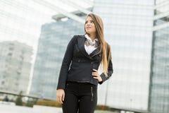Biznesowa kobieta przed budynkiem biurowym Obrazy Royalty Free