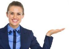 Biznesowa kobieta przedstawia coś na pustej palmie Zdjęcia Stock