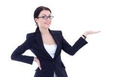 Biznesowa kobieta przedstawia copyspace odizolowywającego na bielu Zdjęcia Stock