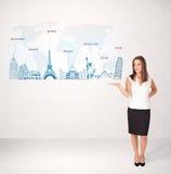 Biznesowa kobieta przedstawia mapę z sławnymi miastami i punktami zwrotnymi Zdjęcia Royalty Free