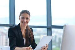 Biznesowa kobieta przy biurem Zdjęcia Royalty Free