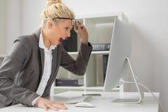Biznesowa kobieta przy biurem jest gniewny zdjęcia royalty free