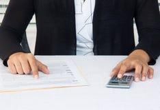 Biznesowa kobieta przy miejscem pracy pracuje na pieniężnych kontach Fotografia Stock