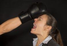 Biznesowa kobieta pukał puszek Zdjęcie Royalty Free
