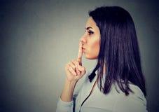 Biznesowa kobieta robi cichemu znakowi z palcem na wargach fotografia stock