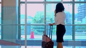 Biznesowa kobieta robi rozmowie telefonicza w staci zdjęcie wideo