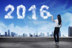 Biznesowa kobieta rozpyla biel 2016 rok chmury kształt Zdjęcie Stock