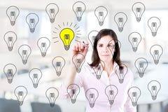 Biznesowa kobieta rysuje doskonałego pomysłu pojęcie Biurowy tło Zdjęcie Stock