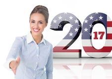 Biznesowa kobieta shking jej rękę przeciw 2017 flaga amerykańskiej Fotografia Stock