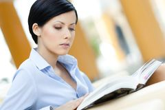 Biznesowa kobieta siedzi przy kanapą Obraz Stock