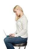 Biznesowa kobieta siedzi wysokiego krzesła i prac dalej Obrazy Royalty Free
