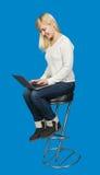 Biznesowa kobieta siedzi wysokiego krzesła i prac dalej Fotografia Stock