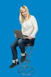 Biznesowa kobieta siedzi wysokiego krzesła i prac dalej Zdjęcia Royalty Free
