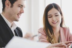 Biznesowa kobieta spada w miłości z szefem przy pracą zdjęcie stock