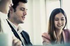 Biznesowa kobieta spada w miłości z szefem przy pracą zdjęcia stock