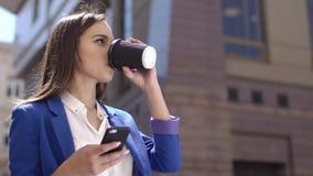 Biznesowa kobieta sprawdza jej telefon pozycję w mieście zbiory wideo