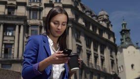 Biznesowa kobieta sprawdza jej telefon pozycję w mieście zdjęcie wideo