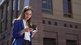 Biznesowa kobieta sprawdza jej telefon pozycję w mieście zbiory