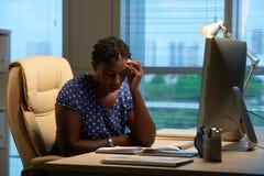 Biznesowa kobieta sprawdza planisty zdjęcie stock