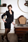 Biznesowa kobieta stoi blisko jej stołu Zdjęcie Royalty Free