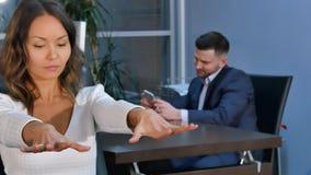 Biznesowa kobieta streching jej ręki w biurze Obraz Stock